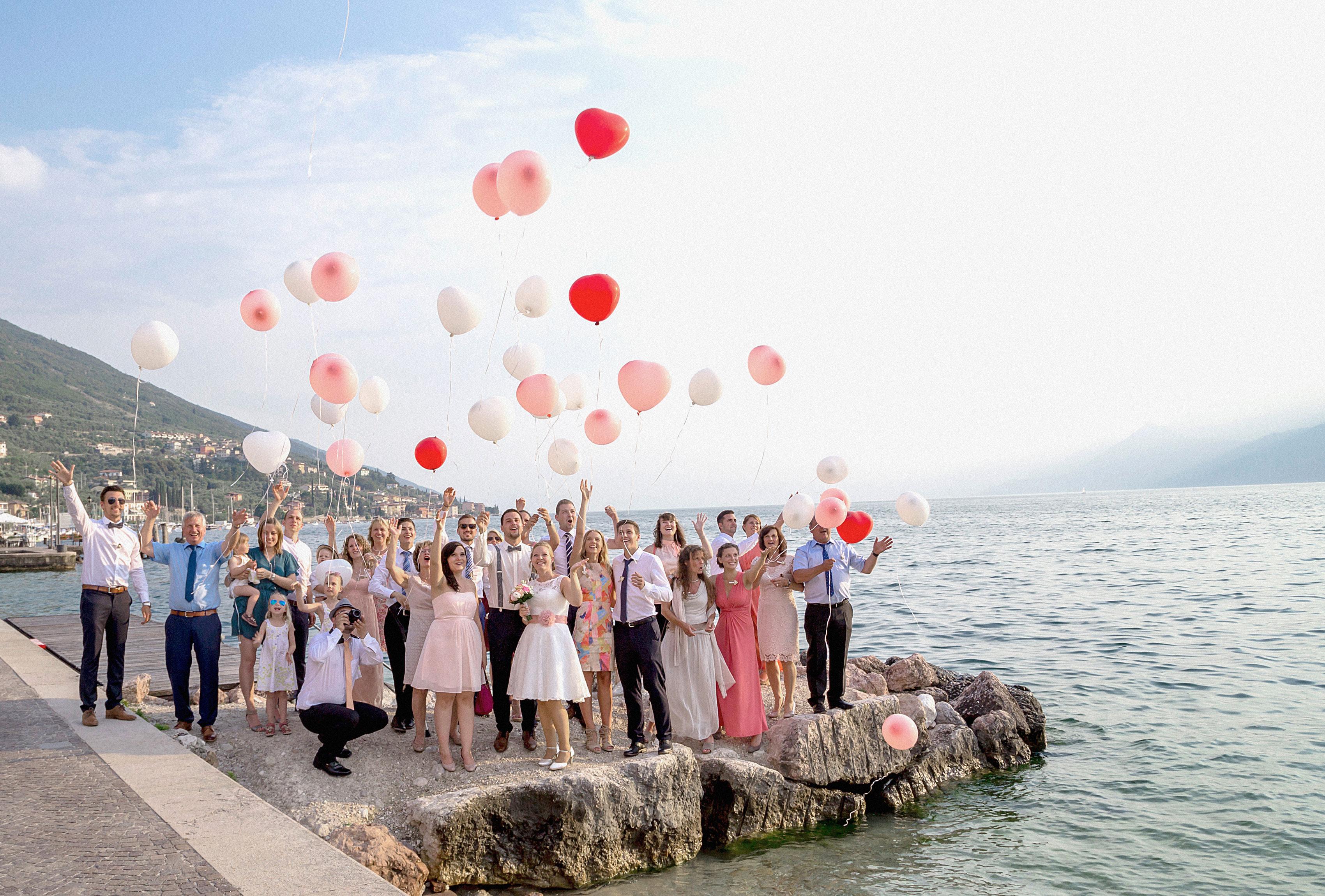 Gruppenbild der Hochzeitsgäste am Gardasee